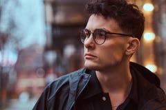 Porträt eines jungen gutaussehenden Mannes draußen lizenzfreie stockbilder