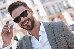 Porträt eines jungen gutaussehenden Mannes, Modell der Mode, tragende abgetönte Sonnenbrille im städtischen Hintergrund lizenzfreies stockfoto