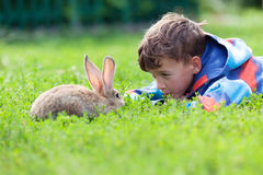 Porträt eines Jungen, hält er Kaninchen Lizenzfreie Stockbilder