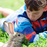 Porträt eines Jungen, hält er Kaninchen Lizenzfreie Stockfotos