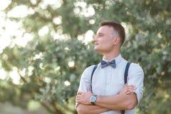 Porträt eines jungen hübschen Bräutigams draußen stockbilder
