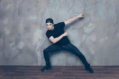 Porträt eines jungen hübschen Tänzers, der seins macht, bewegt sich Kerl ist wea lizenzfreies stockbild