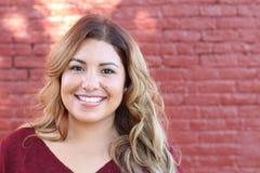 Porträt eines jungen hispanischen weiblichen Lächelns Stockfotos