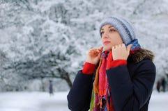 Porträt eines jungen lächelnden Brunette in Winter Park stockbilder