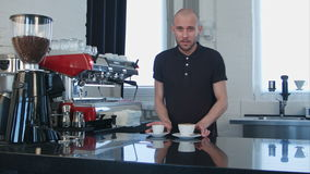 Porträt eines jungen lächelnden männlichen barista, das Tasse Kaffee am Café hält stock video