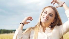 Porträt eines jungen Mädchens, das auf einem Weizengebiet sitzt stock video