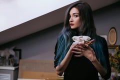 Porträt eines jungen Mädchens, das einen mysteriösen Schädel in den Händen eines Fuchses hält Gemaltes langes Haar Lizenzfreie Stockfotos