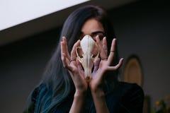 Porträt eines jungen Mädchens, das einen mysteriösen Schädel in den Händen eines Fuchses hält Gemaltes langes Haar Lizenzfreies Stockbild