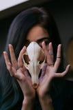Porträt eines jungen Mädchens, das einen mysteriösen Schädel in den Händen eines Fuchses hält Gemaltes langes Haar Lizenzfreie Stockbilder