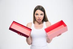 Porträt eines jungen Mädchens, das leere Geschenkbox hält Lizenzfreie Stockbilder