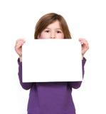 Porträt eines jungen Mädchens, das leeres Zeichen hält Stockfotografie