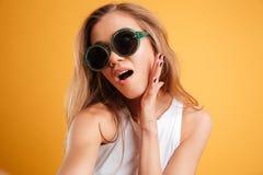 Porträt eines jungen Mädchens in der Sonnenbrille, die ein selfie nimmt Stockfotografie