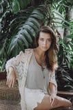 Porträt eines jungen Mädchens in einem Hut auf einem Schwingen Lizenzfreie Stockfotos