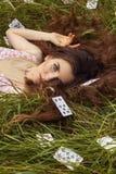Porträt eines jungen Mädchens in einem rosa Kleid als Alice im Märchenland lizenzfreie stockfotos