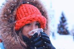 Porträt eines jungen Mädchens im Wintergetränkwein Lizenzfreies Stockbild