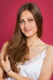 Porträt eines jungen Mädchens mit dem langen Haar Stockfotografie