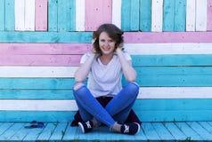 Porträt eines jungen Mädchens mit einem Lächeln Lizenzfreie Stockbilder