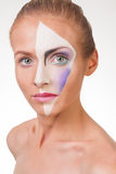 Porträt eines jungen Mädchens mit Farbe auf ihrem Gesicht Lizenzfreie Stockbilder