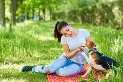 Porträt eines jungen Mädchens mit ihrem Hund im Park lizenzfreies stockbild