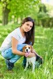 Porträt eines jungen Mädchens mit ihrem Hund im Park lizenzfreie stockfotografie