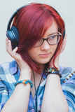 Porträt eines jungen Mädchens mit Kopfhörern Stockfotos