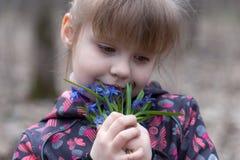 Porträt eines jungen Mädchens mit Schneeglöckchen in seinen Händen Stockfotos