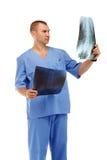 Porträt eines jungen männlichen Doktors in einem medizinischen chirurgischen blauen unifo Lizenzfreies Stockfoto
