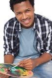 Porträt eines jungen männlichen Malers mit Palette Lizenzfreie Stockbilder