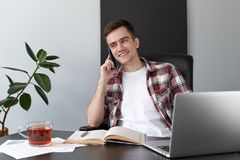 Porträt eines jungen männlichen Programmiererstudentenfreiberuflers, der a Arbeits ist lizenzfreie stockfotos