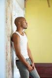 Porträt eines jungen Mannes, der allein zu Hause steht lizenzfreie stockfotos