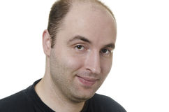 Porträt eines jungen Mannes, der auf weißem Hintergrund lächelt Lizenzfreie Stockbilder