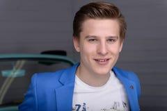 Porträt eines jungen Mannes in der Autogarage lizenzfreies stockbild