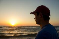 Porträt eines jungen Mannes in der Kappe auf dem Strand Lizenzfreies Stockfoto