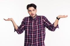 Porträt eines jungen Mannes, der Schultern zuckt Stockbild