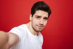 Porträt eines jungen Mannes im weißen T-Shirt Lizenzfreie Stockfotos