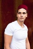 Porträt eines jungen Mannes mit einer Fez-Kappe Lizenzfreie Stockfotos