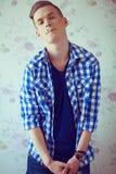 Porträt eines jungen Mannes mit sehr hübschem Gesicht in blauem zufälligem s Stockfotos