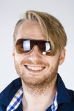Porträt eines jungen Mannes mit Sonnenbrille Lizenzfreie Stockbilder