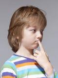 Porträt eines Jungen mit dem blondes Haar-Denken Stockbild