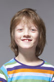 Porträt eines Jungen mit dem blondes Haar-Lächeln Stockfotos