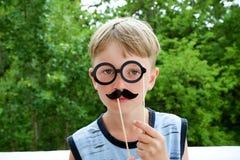 Porträt eines Jungen mit einem Schnurrbart Lizenzfreie Stockfotos