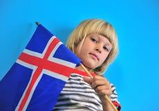 Porträt eines Jungen mit Flagge von Island lizenzfreie stockfotos