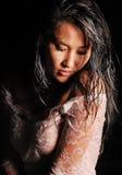 Porträt eines jungen Modells mit dem nassen Haar und den Regentropfen auf ihrer Haut Lizenzfreie Stockfotos