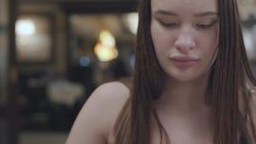Porträt eines jungen netten Brunette, der das Abendessen oder in einem Restaurant oder in einem Café zu Abend isst stock footage