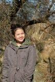 Porträt eines jungen netten Mädchens, welches die Kamera betrachtet stockfoto