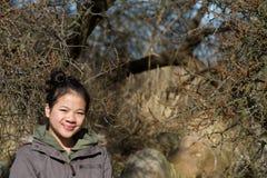 Porträt eines jungen netten Mädchens, welches die Kamera betrachtet stockbild