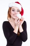Porträt eines jungen netten rothaarigen Mädchens in einem Weihnachtshut Lizenzfreie Stockfotos