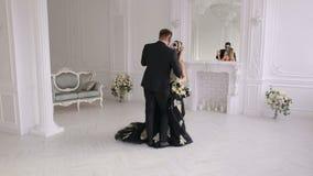 Porträt eines jungen Paares in der Halloween-Maske in einem schönen Innenraum stock video footage