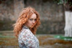 Porträt eines jungen rothaarigen gelockten Mädchens mit Sommersprossen Stockfotos