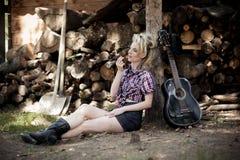 Porträt eines jungen schönen Bauernmädchens Stockfotografie